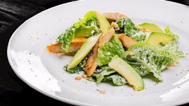 Салат из курицы и авокадо, с кедровыми орешками и заправкой из сыра Крем-чиз
