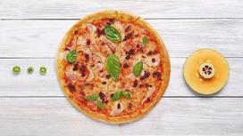 Пицца с беконом, грушей и вялеными помидорами