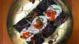 Чёрные русские блины с красной икрой, мягким сыром, лисичками и кресс-салатом