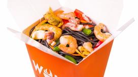 Морепродукты в устричном соусе с чернильной лапшой
