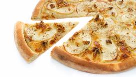 Пицца с курицей, ветчиной и грибами