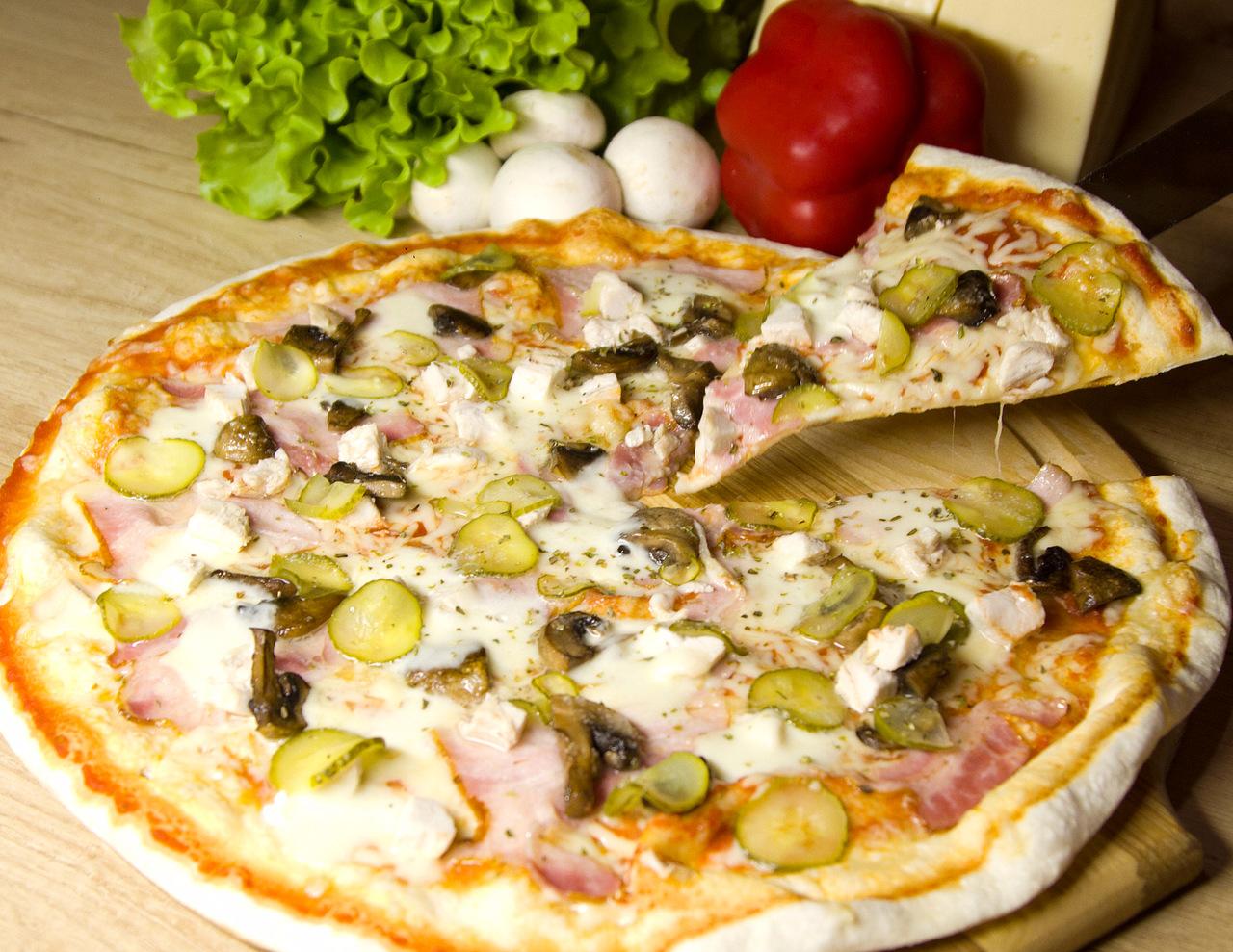 Особое тесто по итальянской технологии, фирменный соус для пиццы, сыр моцарелла, ветчина, салями, грибы, яйцо, орегано.