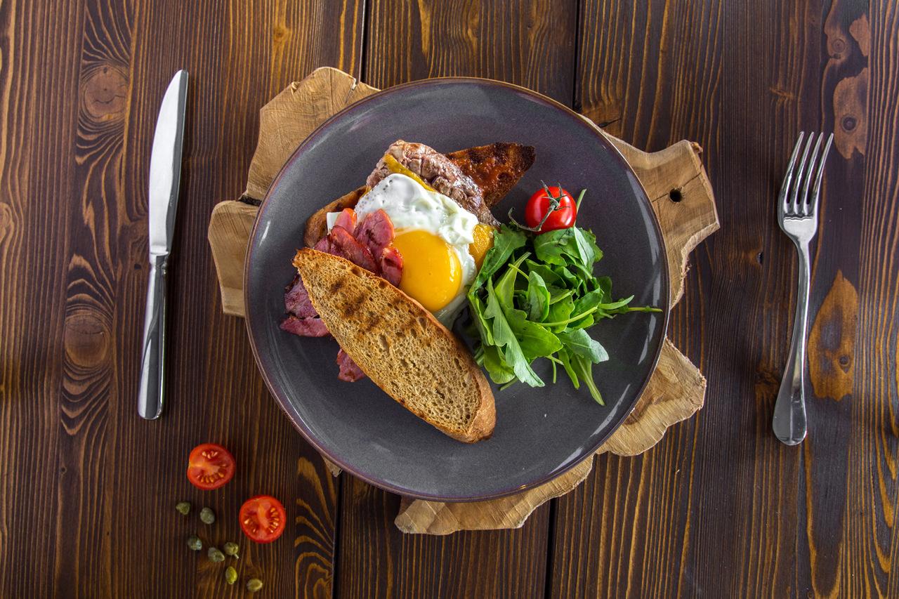 Тёплый салат с говядиной и огурцом