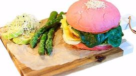 Розовый крафт-бургер с гарниром