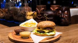 Бургер с сыром Чеддер и беконом