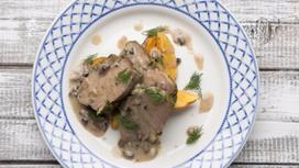 Буженина из свинины с запечённым картофелем и грибным соусом