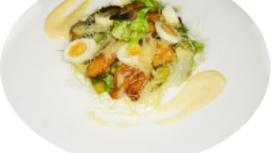 Салат с филе цыплёнка и соусом Цезарь