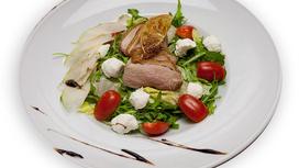 Салат с утиным филе и карамелизироованной грушей