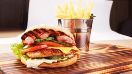 Чикенбургер с картофелем фри