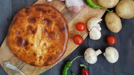 Пирог с картофелем, курицей, грибам, сыром, соусом и зеленью на дрожжевом тесте