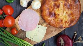 Пирог с ветчиной, грибами, сыром, соусом и зеленью на дрожжевом тесте