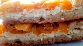 Домашний пирог с творогом и персиком