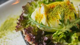 Сморреброды с яйцом-пашот и хрустящим беконом