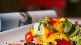 Сморреброд с лососем, яйцом-пашот и медово-горчичным соусом