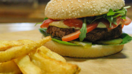 Драмбургер с картофельными дольками