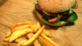 Барбекю бургер с картофельными дольками