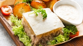 Домашний холодец с печёным картофелем и хреном