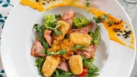 Салат с копчёным сыром Бри и пармской ветчиной