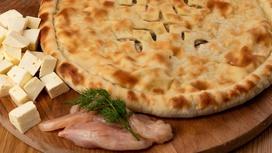 Осетинский пирог с курицей, копчёным сыром и жареными грибами