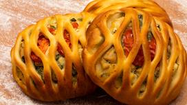 Мини-пирог с курицей, шпинатом и помидорами