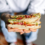 Сэндвич с авокадо, хумусом и свежими овощами
