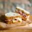 Сэндвич с ветчиной, сыром Чеддер и маринованными огурцами