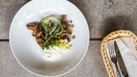 Овощной салат с птицей и легкой салатной заправкой