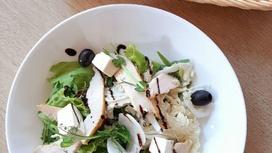Листья салата с сыром Фета, маслинами и филе цыплёнка