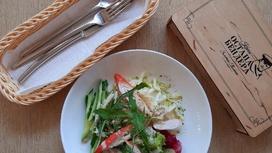 Салат с крабовыми палочками, овощами и кунжутным соусом